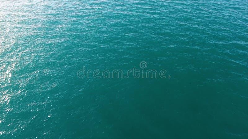 Satellietbeeld van kalme overzees of oceaanwaterspiegel, natuurlijke achtergrond voorraad Hoogste mening van schoon oceaanwater m royalty-vrije stock afbeelding