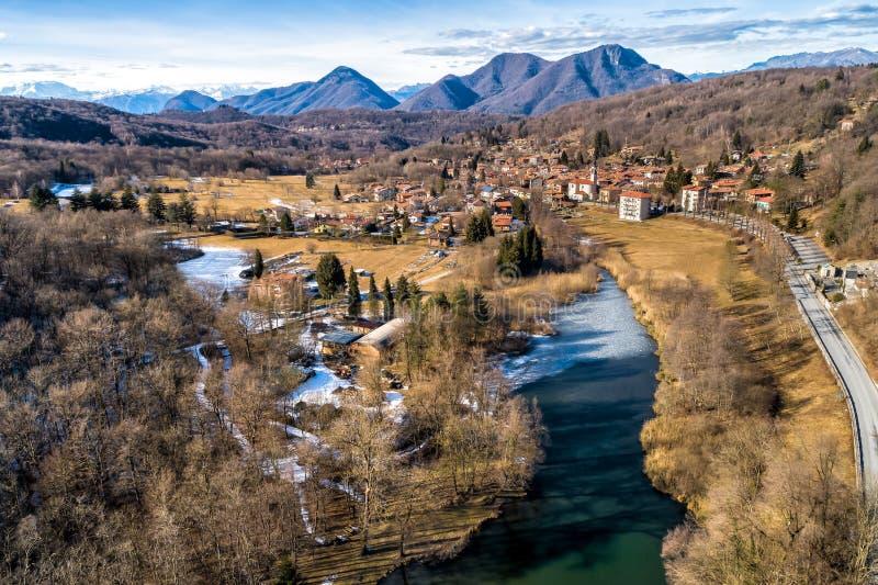 Satellietbeeld van klein dorp en meer van Brinzio op valey Rasa in een de winterdag, Varese, Italië royalty-vrije stock afbeeldingen