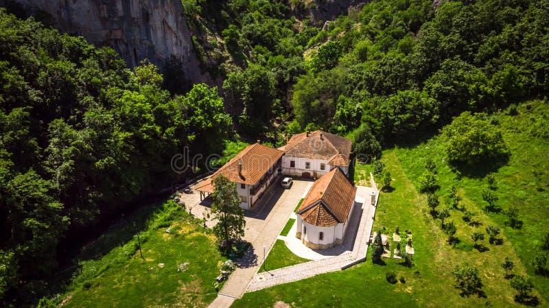 Satellietbeeld van klein klooster Vratna in Servië onder de grote steen stock fotografie