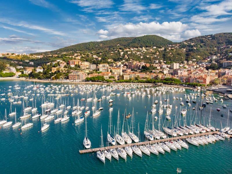Satellietbeeld van kleine jachten en vissersboten in Lerici-stad, een deel van Italiaanse Riviera, Italië royalty-vrije stock afbeelding
