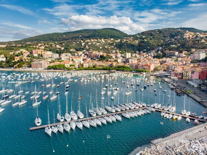 Satellietbeeld van kleine jachten en vissersboten in Lerici-stad, een deel van Italiaanse Riviera, Italië royalty-vrije stock foto