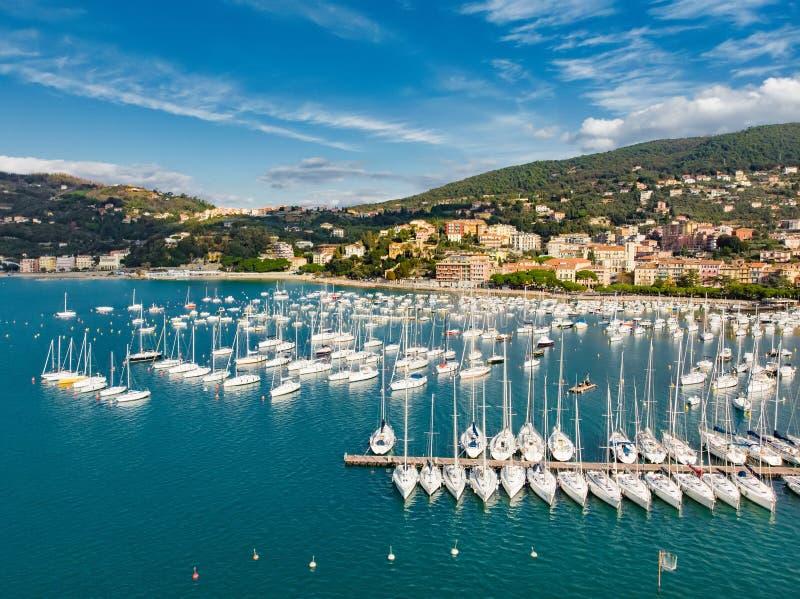 Satellietbeeld van kleine jachten en vissersboten in Lerici-stad, een deel van Italiaanse Riviera, Italië stock foto's