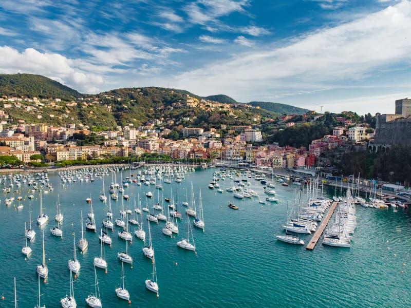 Satellietbeeld van kleine jachten en vissersboten in Lerici-stad, een deel van Italiaanse Riviera, Italië stock fotografie
