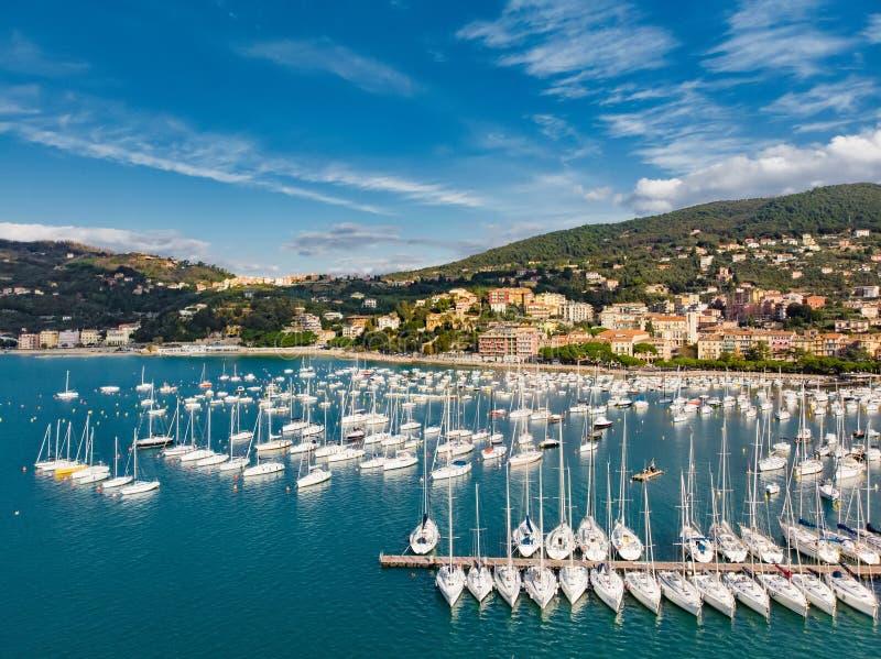 Satellietbeeld van kleine jachten en vissersboten in Lerici-stad, een deel van Italiaanse Riviera, Italië royalty-vrije stock fotografie