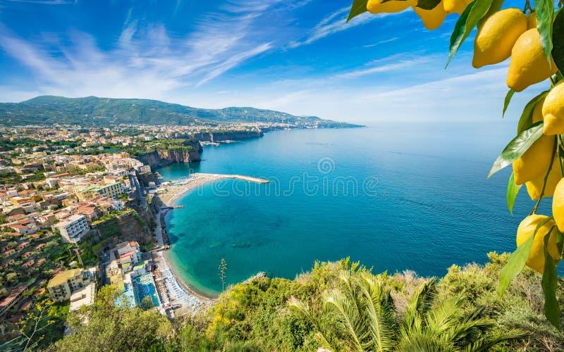 Satellietbeeld van klippenkustlijn Sorrento en Golf van Napels, Itali? stock fotografie