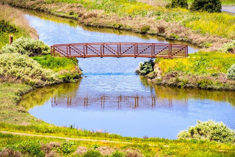 Satellietbeeld van kreek en brug in Don Edwards-het wildtoevluchtsoord, Fremont, baaigebied de Oost- van San Francisco, Californi stock foto