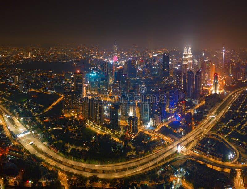 Satellietbeeld van Kuala Lumpur Downtown en wegen, Maleisië Financiële districts en commerciële centra in slimme stedelijke stad  stock afbeeldingen