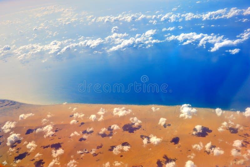 Satellietbeeld van kust van Arabische overzees onder de wolken in Yemen stock afbeeldingen