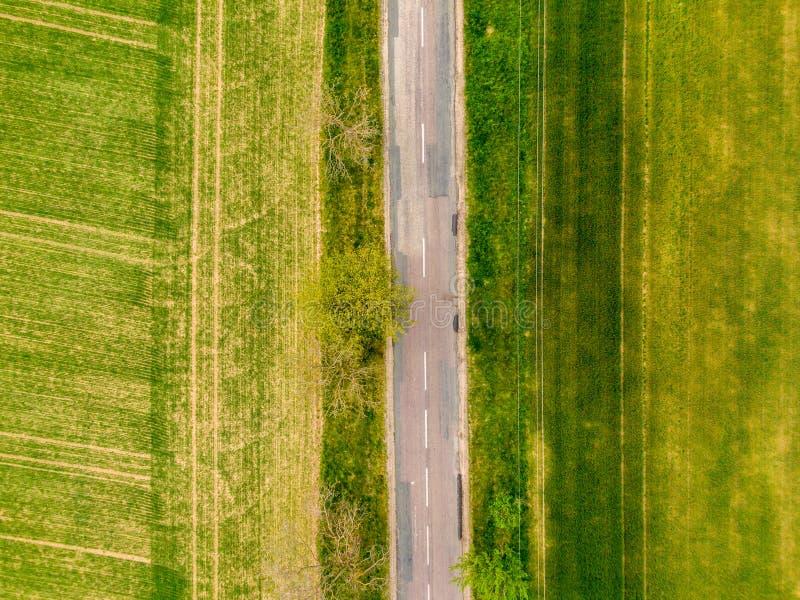 Satellietbeeld van landbouwgebieden, weide en weg binnen Landelijke sc?ne van platteland De verse groene kleuren, kijken aan bove royalty-vrije stock afbeelding