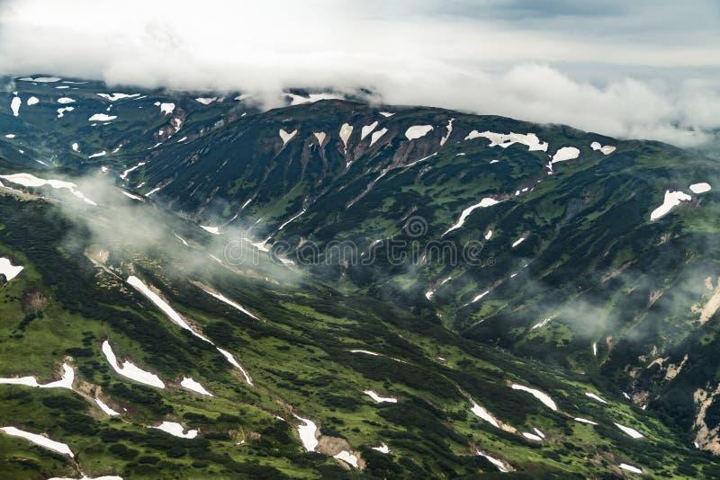 Satellietbeeld van landschap met groene vlaktes op het schiereiland van Kamchatka, Rusland stock foto's