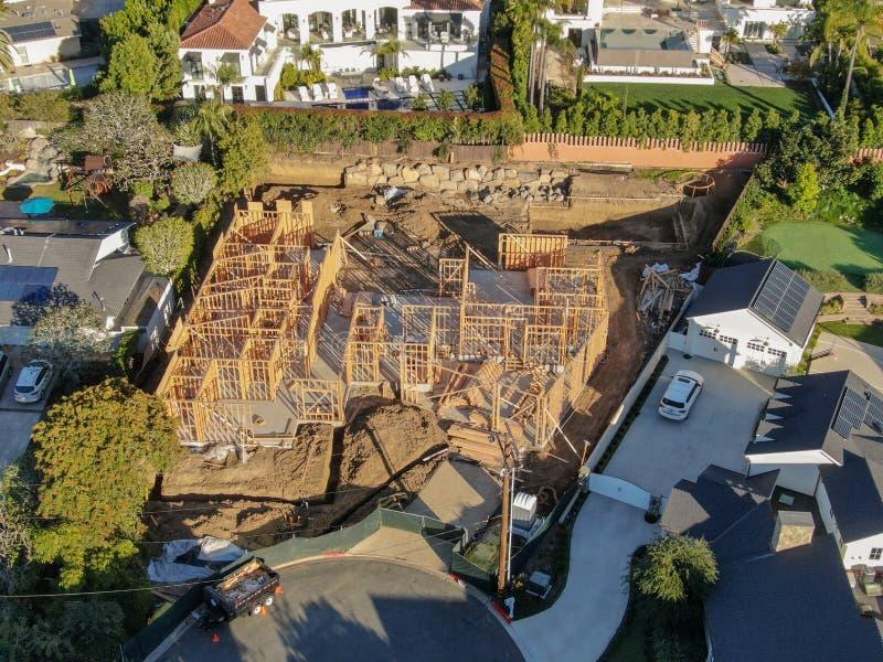 Satellietbeeld van luxe houten type villa in aanbouw stock afbeelding