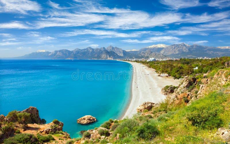 Satellietbeeld van mooie blauwe golf en lang Konyaalti-strand in Antalya, Turkije royalty-vrije stock foto's