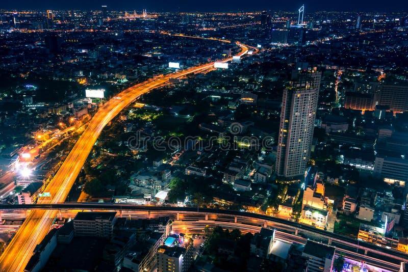 Satellietbeeld van nacht moderne stad met lichte slepen op de weg royalty-vrije stock foto's