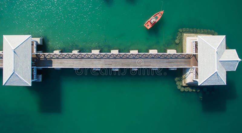 Satellietbeeld van natuurlijke duidelijke blauwe overzees met overzeese drijvende brug en boot stock foto