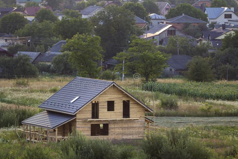 Satellietbeeld van nieuw houten ecologisch traditioneel huisplattelandshuisje van natuurlijke timmerhoutmaterialen met zoldervloe royalty-vrije stock afbeeldingen