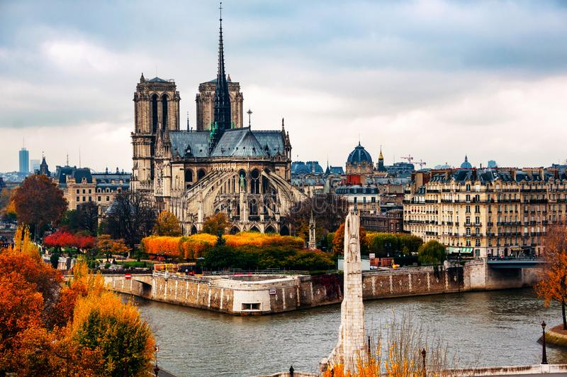 Satellietbeeld van Notre-Damkathedraal met Zegenrivier in de herfst in Parijs, Frankrijk stock afbeelding