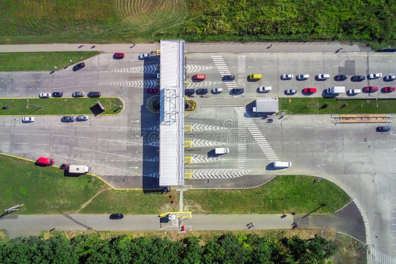 Satellietbeeld van ongeplaveid natuurlijk parkeren met veel vrachtwagens, aanhangwagens en auto's Rust plaats dichtbij weg en cir royalty-vrije stock fotografie