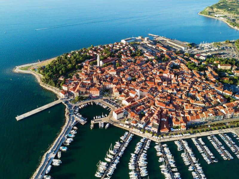 Satellietbeeld van oude stad Izola in Slovenië, mooie cityscape bij zonsondergang Adriatische overzeese kust, schiereiland van Is stock afbeelding