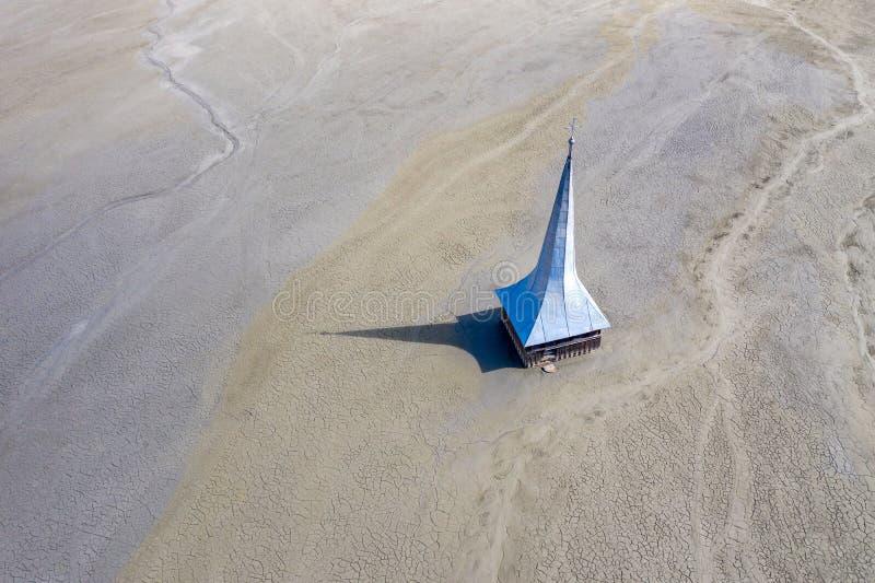 Satellietbeeld van overstroomde en verlaten kerk stock fotografie