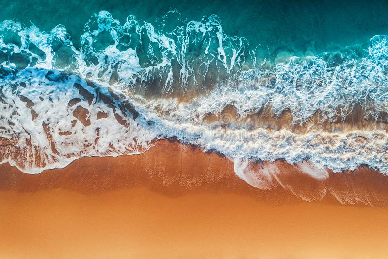 Satellietbeeld van overzeese golven en zandig strand stock afbeeldingen