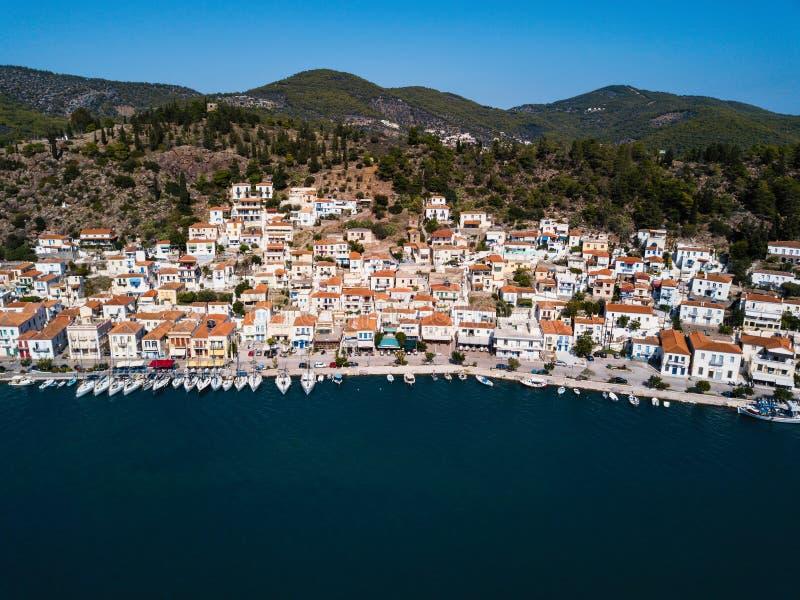 Satellietbeeld van Overzeese jachthaven bij Poros-eiland, Egeïsche overzees, Griekenland Reis royalty-vrije stock afbeelding