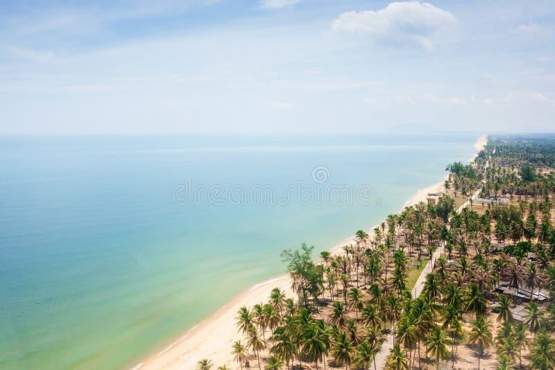 Satellietbeeld van overzeese kust in Narathiwat in Zuidelijk Thailand, mooie zandstrand en kokosnotenpalmen royalty-vrije stock foto