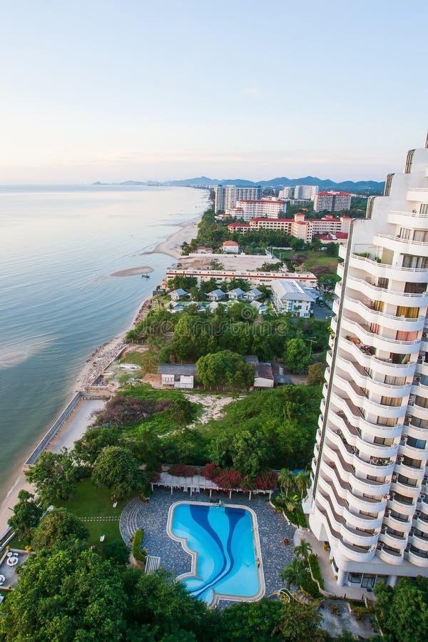 Satellietbeeld van overzeese kust, zandstrand en cityscape van moderne stad in Hua Hin, hoogste toeristische attracties in Thaila stock afbeelding