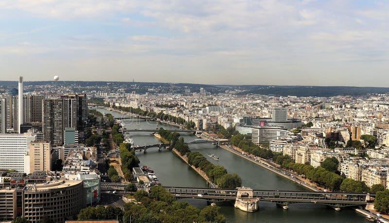 Satellietbeeld van Parijs en de Zegen op een zonnige de zomerdag stock afbeelding