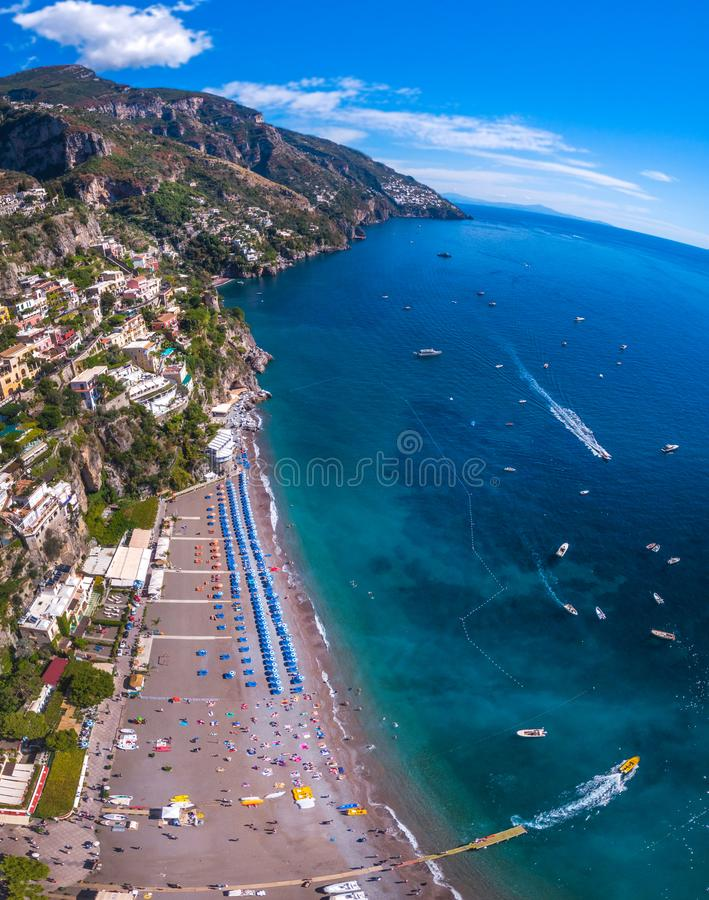 Satellietbeeld van Positano-foto, mooi Mediterraan dorp op Amalfi Kust Costiera Amalfitana, beste plaats in Italië, reis stock afbeeldingen