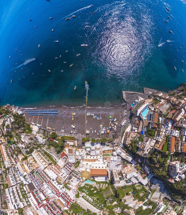 Satellietbeeld van Positano-foto, mooi Mediterraan dorp op Amalfi Kust Costiera Amalfitana, beste plaats in Itali?, reis stock fotografie