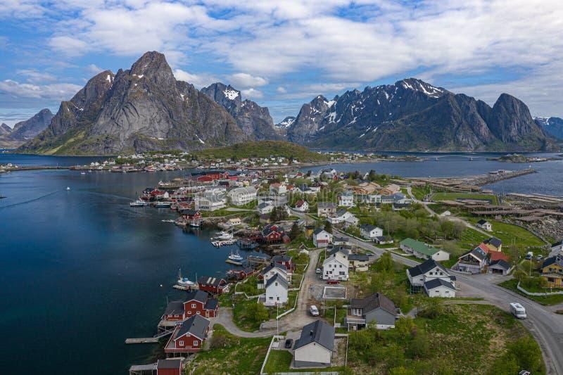 Satellietbeeld van Reine, Lofoten-eilanden, Noorwegen Het visserijdorp van Reine De lentetijd in Nordland Blauwe hemel Mening van stock afbeeldingen
