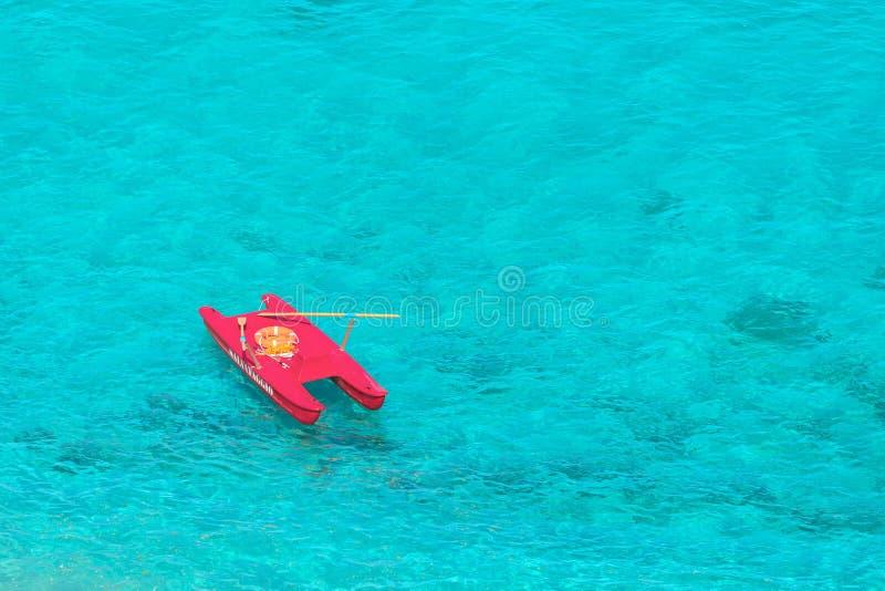 Satellietbeeld van salvataggio van de badmeesterboot in mooi duidelijk tropisch zeewater van Tropea Italië royalty-vrije stock foto