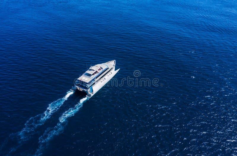 Satellietbeeld van schip van de luxe het drijvende cruise op transparant turkoois water bij zonnige dag De zomerzeegezicht van lu royalty-vrije stock fotografie