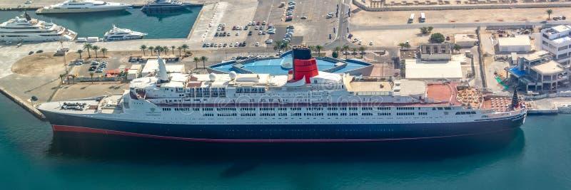 Satellietbeeld van schip Koningin ELizabeth 2 in de haven van Doubai, de V.A.E stock foto's