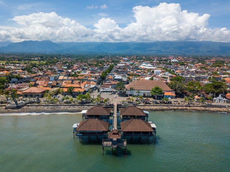 Satellietbeeld van Singaraja en zijn pijler in Bali stock afbeeldingen