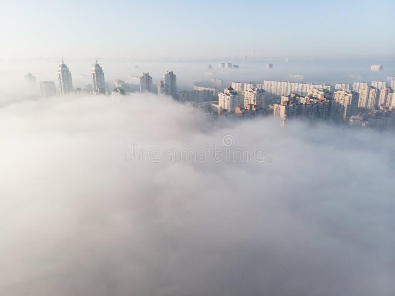 Satellietbeeld van stad met dikke mist wordt behandeld die stock fotografie