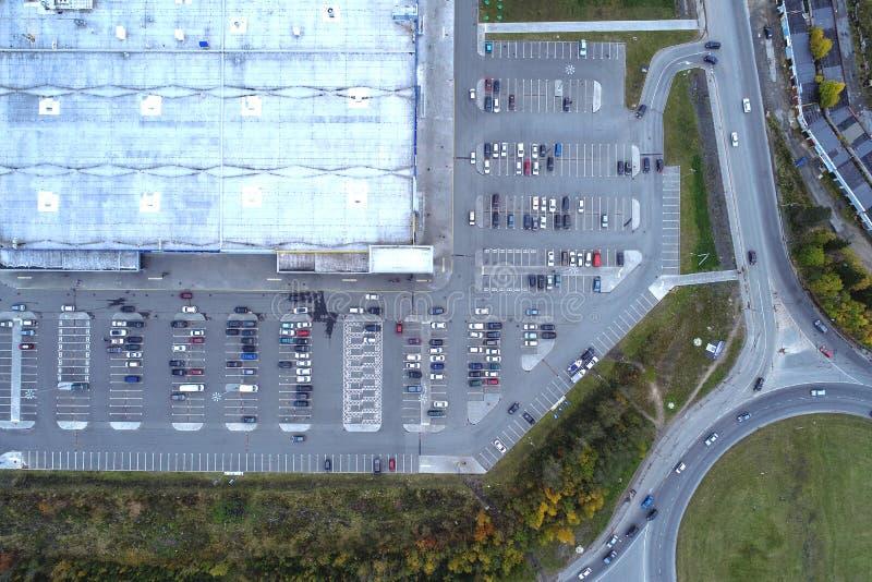 Satellietbeeld van stadslandschap en de grote wandelgalerij van de de bouwsupermarkt, parkeerterrein met geparkeerde auto's stock fotografie