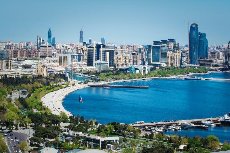 Satellietbeeld van stedelijke horizon Baku met talrijke moderne high-rise gebouwen in aanbouw stock foto