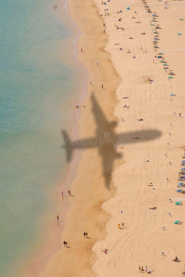 Satellietbeeld van strand met schaduw van vliegtuig royalty-vrije stock afbeeldingen