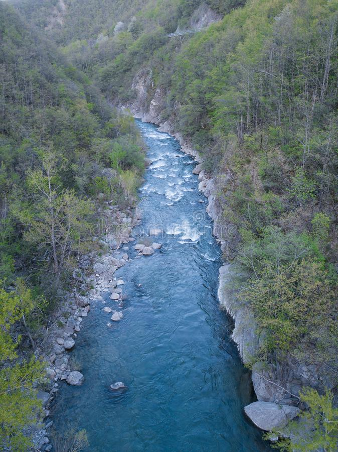 satellietbeeld van stromende bos omringde rivier stock foto's