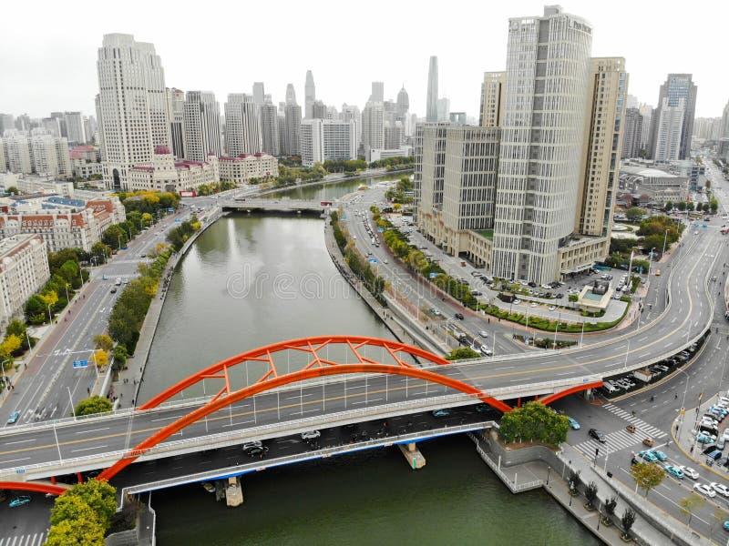 Satellietbeeld van Tianjin-cityscape met de rivier en de wolkenkrabbers van Haihe stock foto