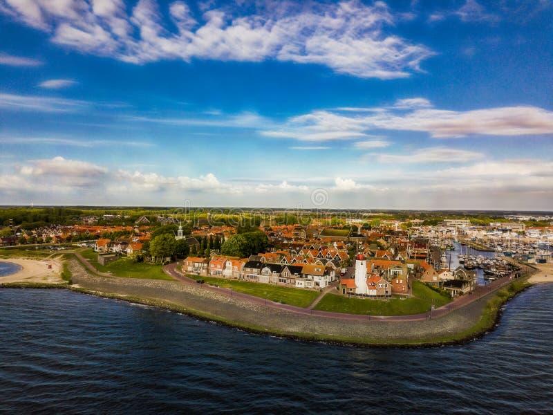 Satellietbeeld van Urk met zijn vuurtoren een kleine stad op IJsselmeer stock foto