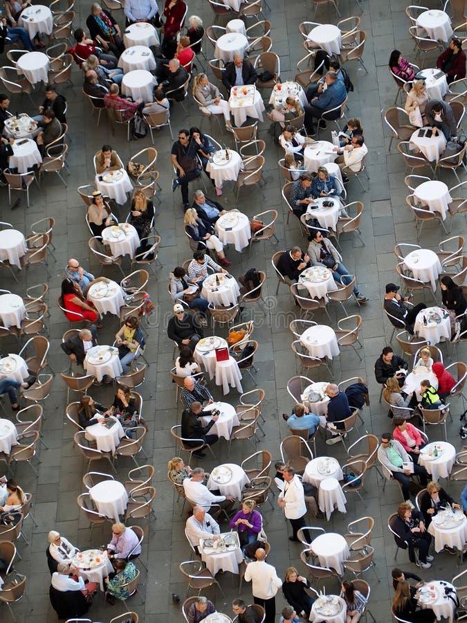Satellietbeeld van vele mensen die in een koffie zitten stock afbeeldingen