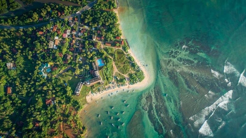 Satellietbeeld van vissersdorp en kustlijn royalty-vrije stock foto