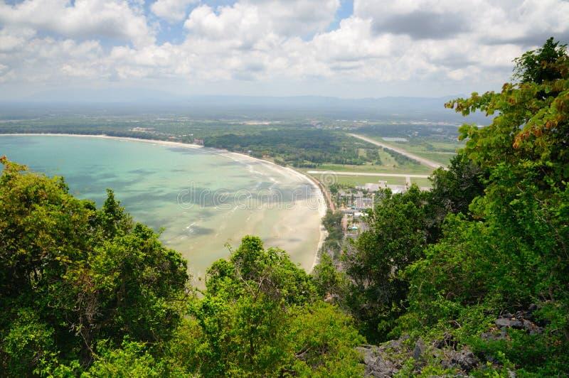 Satellietbeeld van Vleugel 5 Koninklijke Thaise Luchtmachtbasis, Ao Manao baai en Ao Manao strand van Kao Lom Muak-berg in Thaila stock fotografie