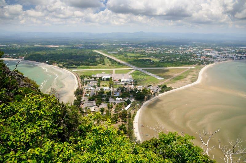 Satellietbeeld van Vleugel 5 Koninklijke Thaise Luchtmachtbasis, Ao Manao strand en Prachuap-baai van Kao Lom Muak-berg in Thaila stock foto