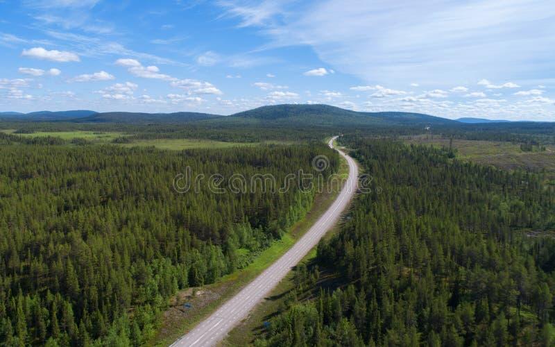 Satellietbeeld van weg en bos in Scandinavië royalty-vrije stock fotografie