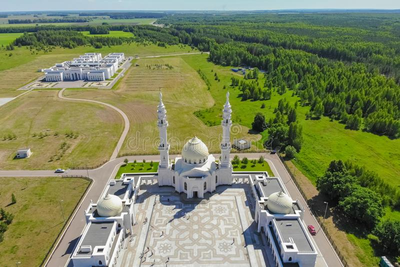 Satellietbeeld van Witte moskee Hoogste mening van het het moskeemeer en bos stock afbeeldingen