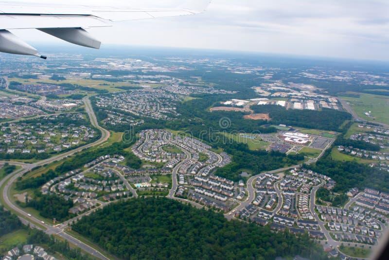 Satellietbeeld van Woonplaatshuizen die uit Vliegend Vliegtuig op Onduidelijk beeldachtergrond worden genomen stock afbeelding