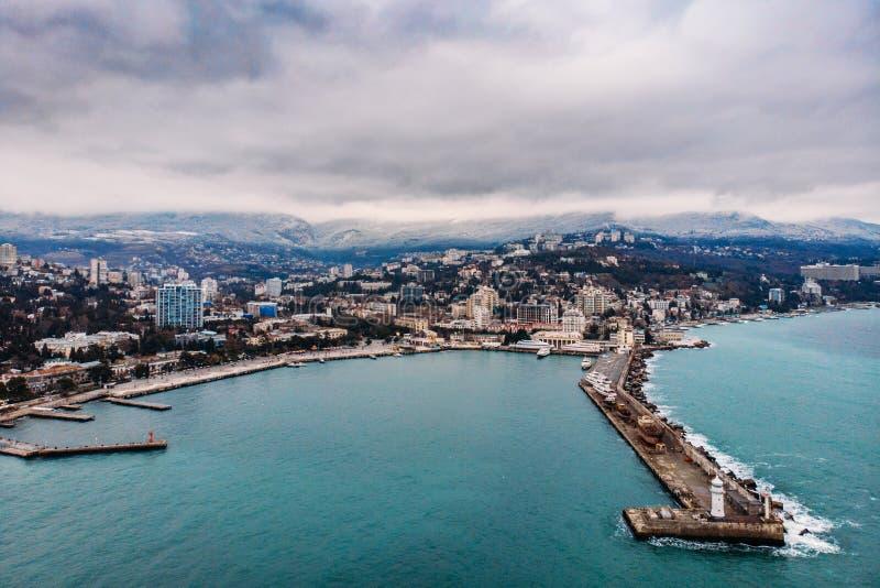 Satellietbeeld van Yalta-dijk van hommel, oude Vuurtoren op pijler, overzees kustlandschap en stadsgebouwen op bergen, de Krim royalty-vrije stock foto's